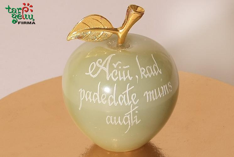Graviruotas onikso obuolys