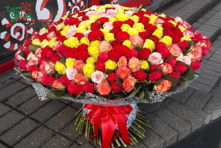 Puokštė iš 333 rožių