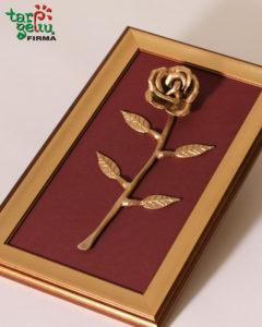Metalinė rožė rėmelyje