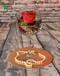 Kompozicija taurėje su stabilizuota rože ir perlų vėriniu