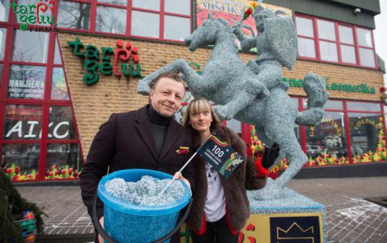 Garsūs kauniečiai atidengė 3 mln. litų kupiūrų skuteliais dekoruotą Vytį