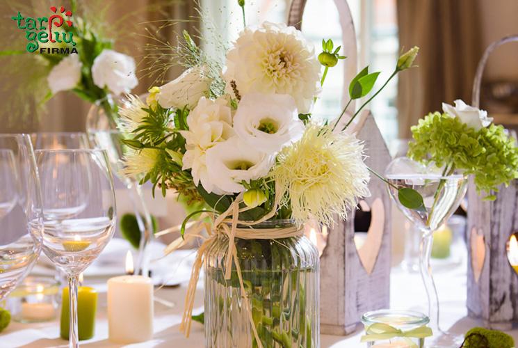 Gėlės ant šventinio stalo